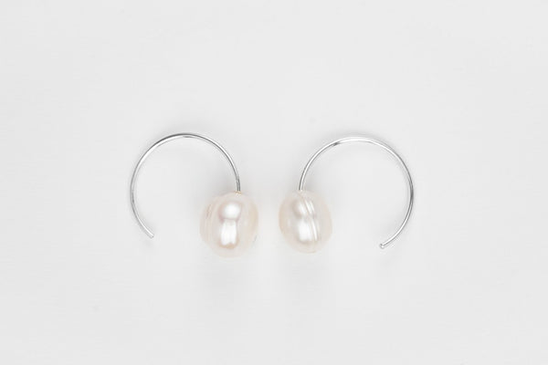 THE SNAIL STILL HOUR PEARL HOOPS EARRINGS