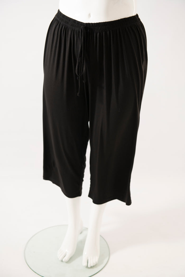black knit pj pants with three quarter length on the mannequin