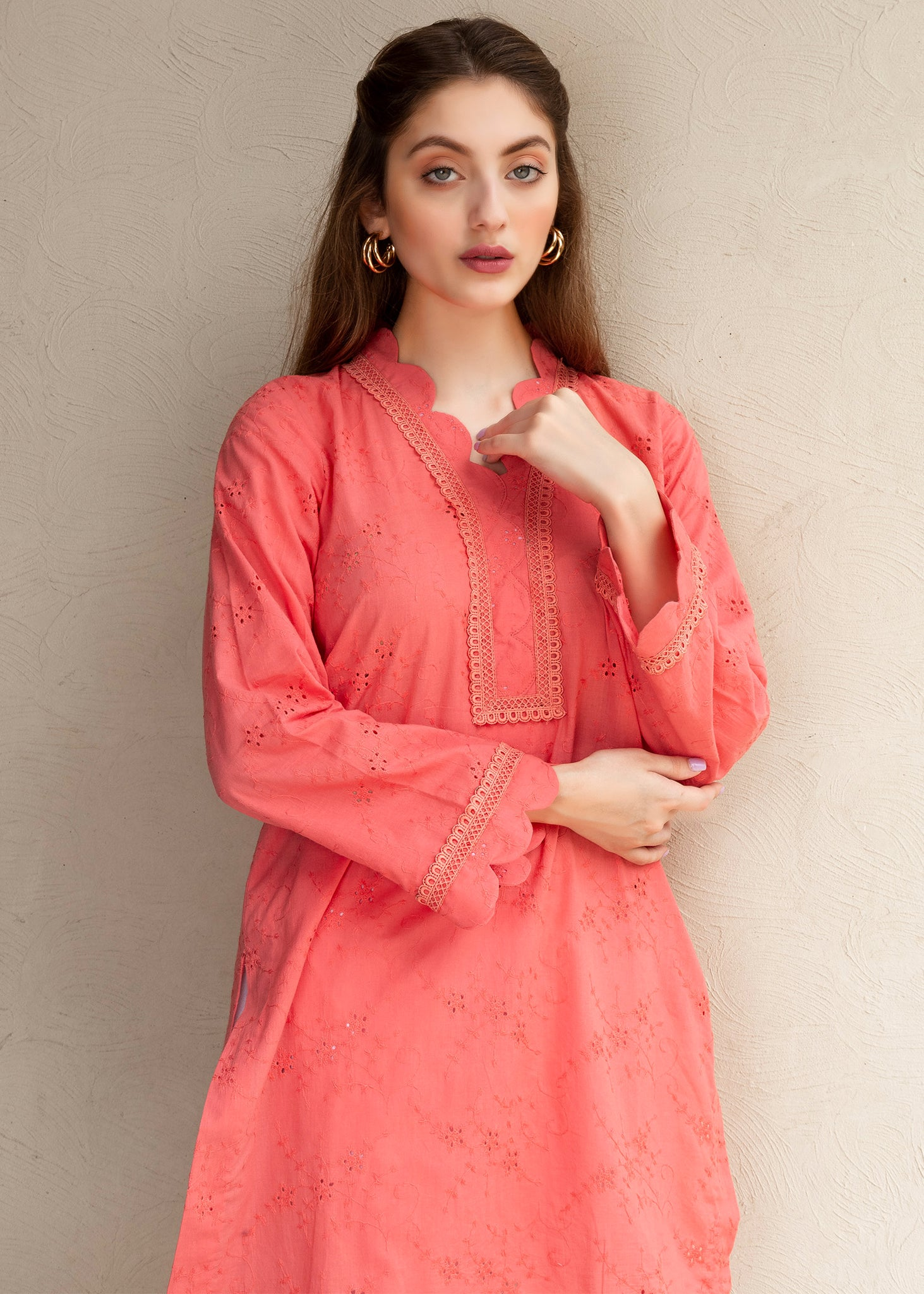 Peach chicken kurta with scalloped edges and lace detailing