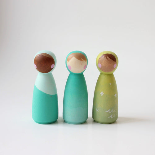 3 hooded peg dolls in green