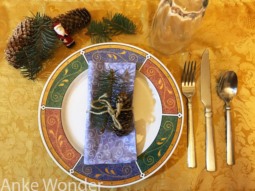 Sustainable and Eco-friendly Christmas table decoration with pine cones and pine needle twigs by Anke Wonder.