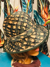 Load image into Gallery viewer, 1940s Evergreen and Tan Printed Felt Womens Hat