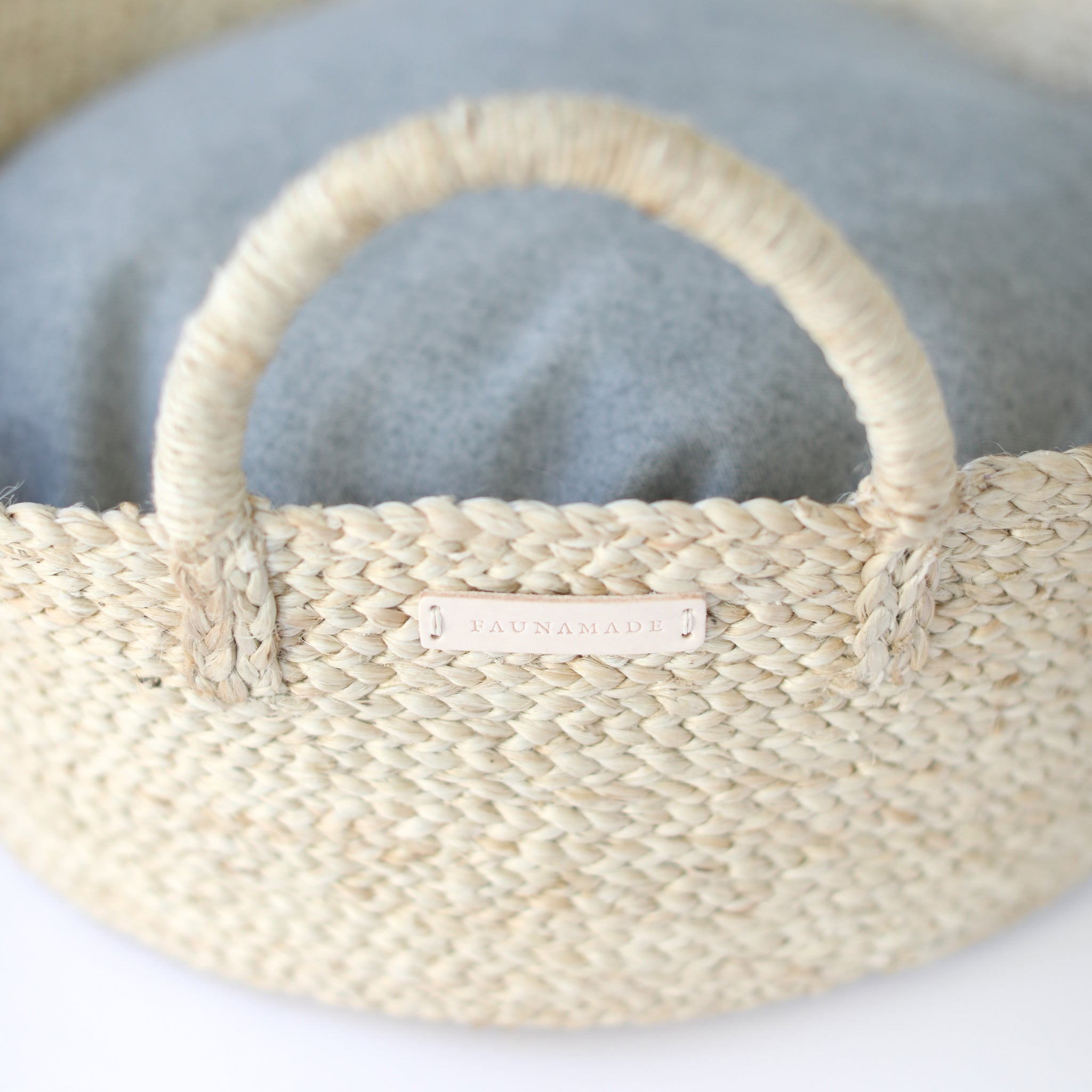 Faunamade Pet Bed Basket for dogs and cats in jute and gray flannel