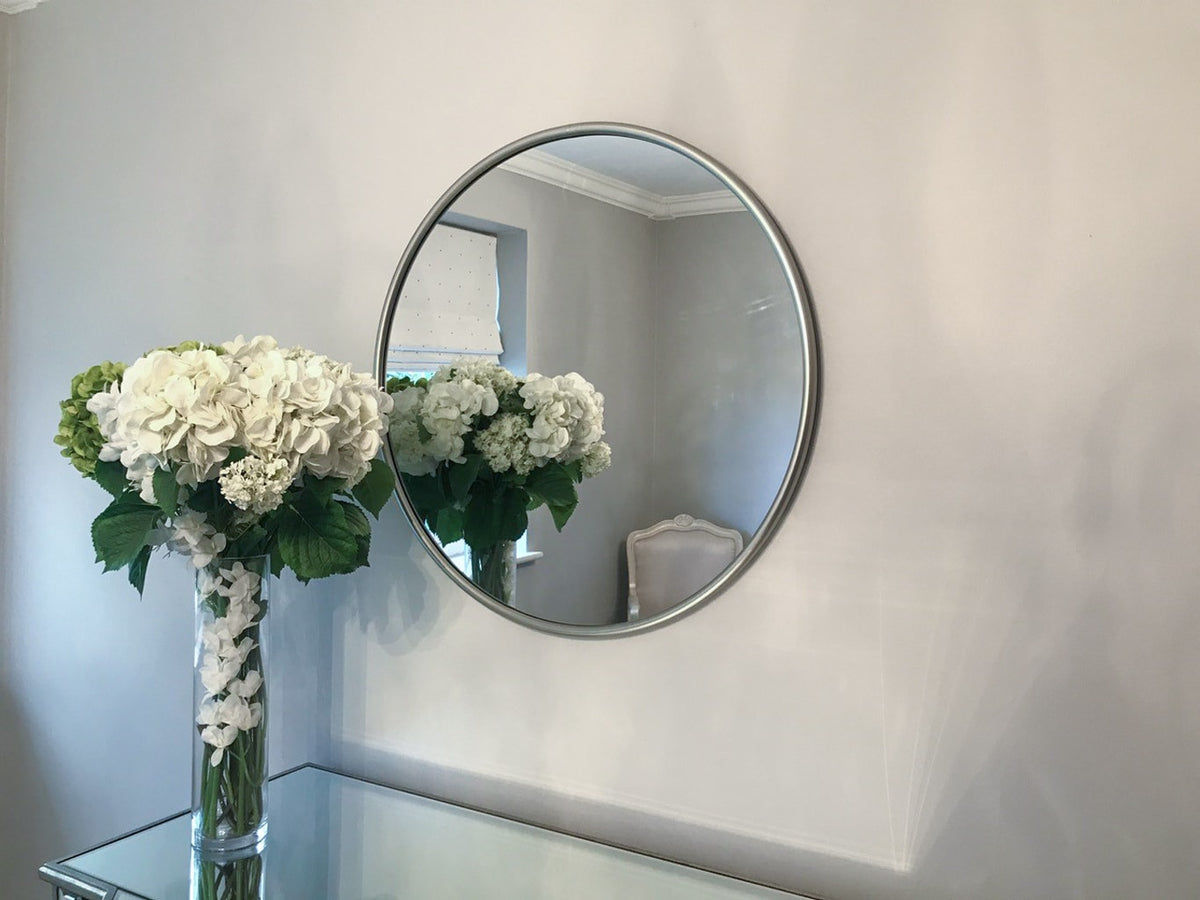 Mirror in round silver metal frame, contemporary style
