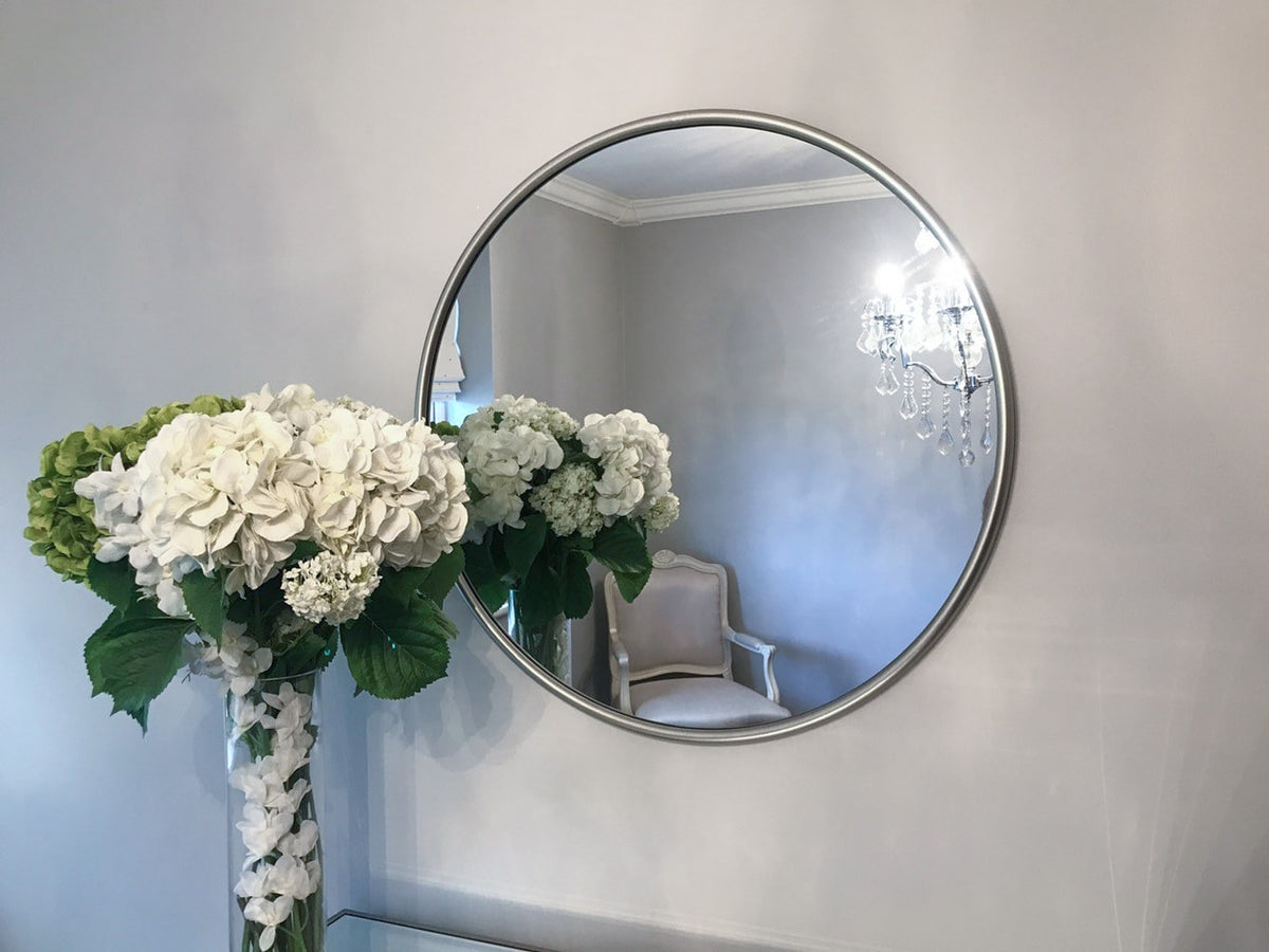 Mirror in round silver metal frame, contemporary design