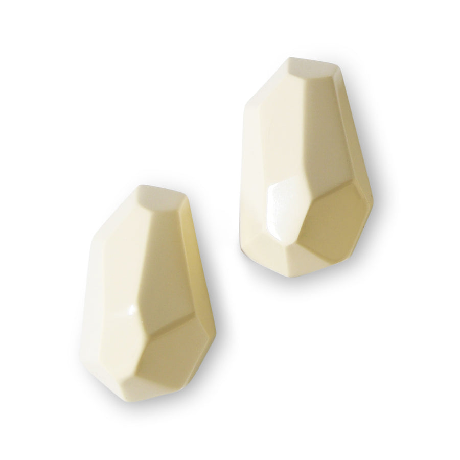 FACETED FREEFORM STUD EARRINGS CREAM RESIN