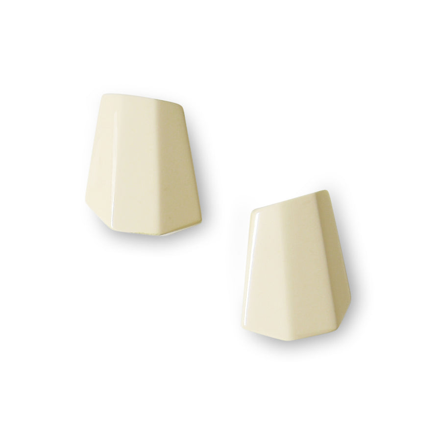 PYRAMID FACETED RESIN EARRINGS. CREAM RESIN