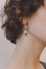 IBIS ELEMENT Taenaris silver earrings on model