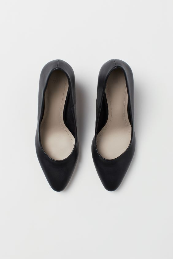 H & M BLACK ROUND HEELED COURT SHOES
