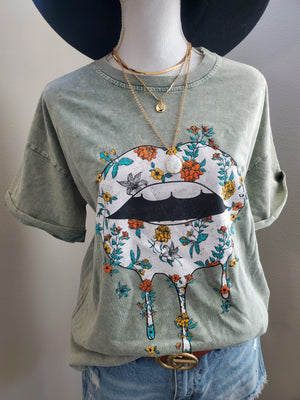 FLORAL LIPS GRAPHIC TOP Graphic Tee