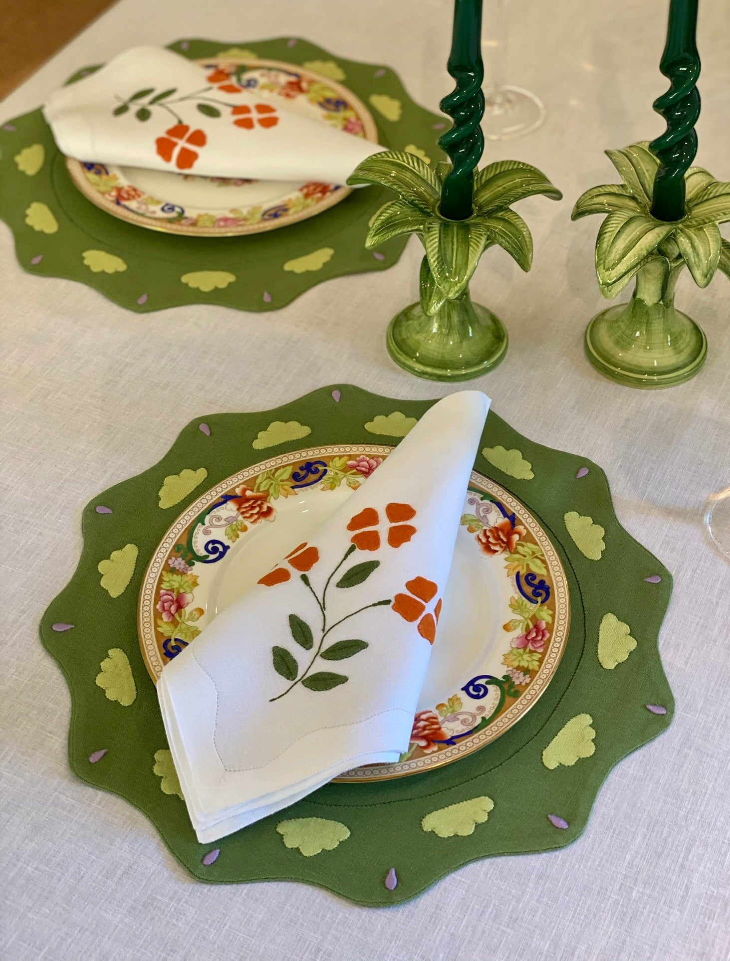 Sicily Scallop Olive Placemat with Matisse Linen Napkins