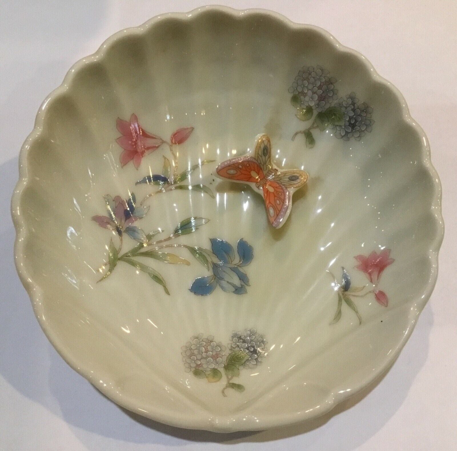 PORCELAIN SEASHELL SHAPED BOWL WITH FLORAL DESIGN AND RAISED BUTTERFLY