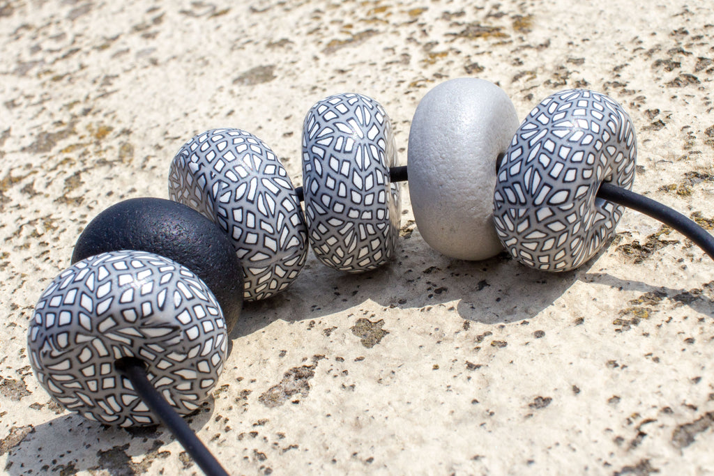 Rondelle - Grey/ White/ Black One Pattern 6 beads - MuniMuni