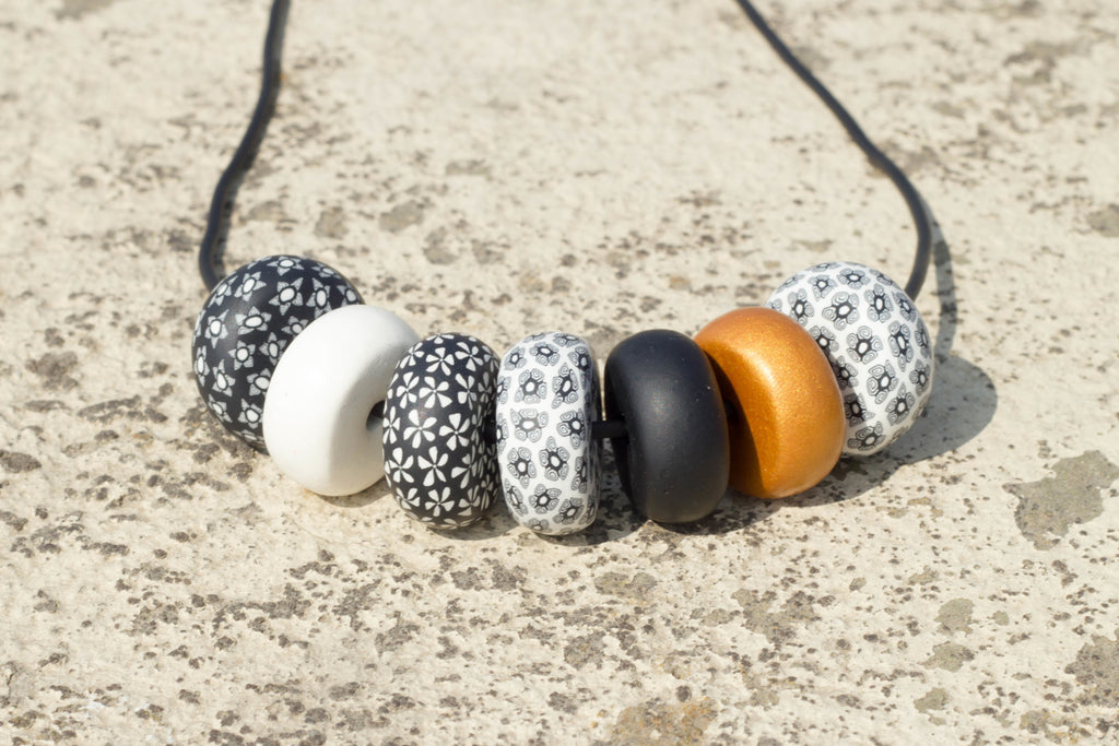 Rondelle - Black/ White with Contrast 7 beads - MuniMuni