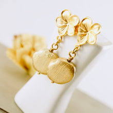 Load image into Gallery viewer, TN Flower Post Earrings