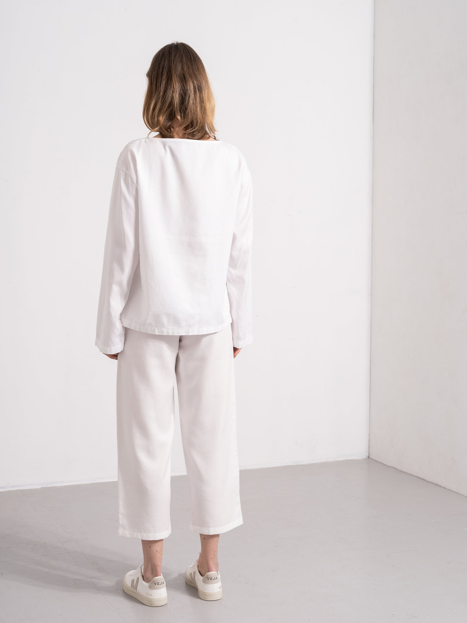 Kläder som är hållbart producerade. Hållbart mode. Amalia top is long sleeved, oversized and a sustainable garment. The fabric feels soft and light to the skin. Sustainability and value driven brand from Stockholm Sweden.