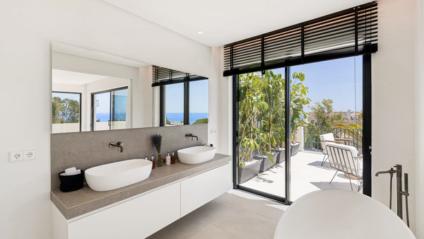 Spacious bathroom design in Marbella Perla del Mar