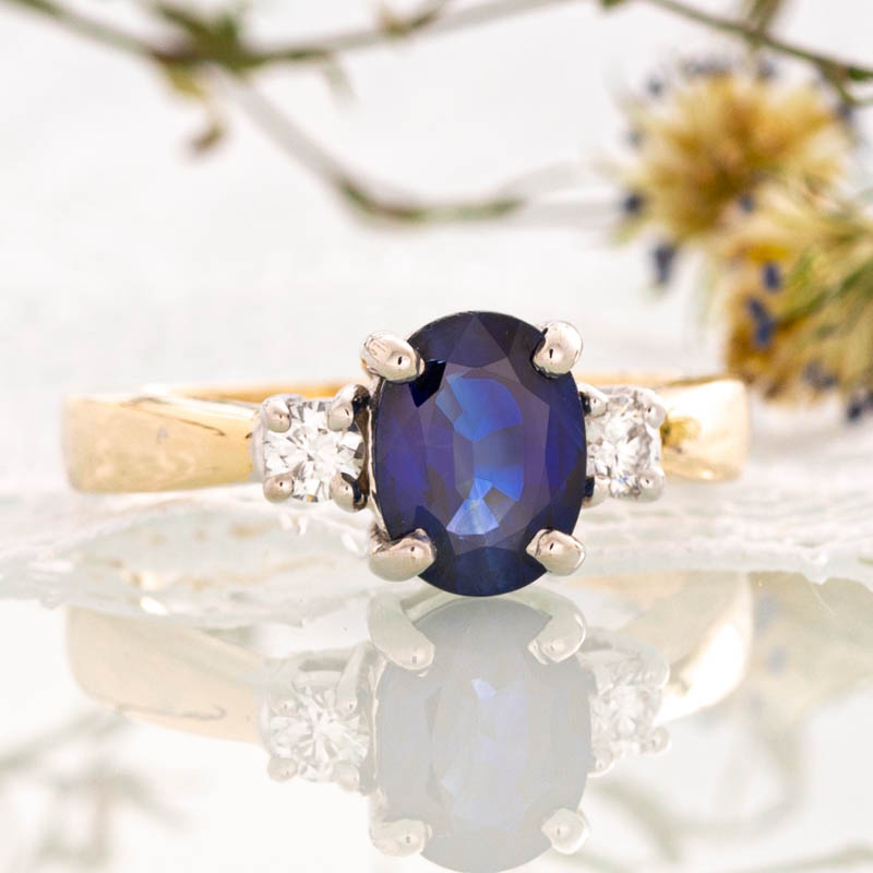 Blue sapphire ring with diamonds in yellow gold.