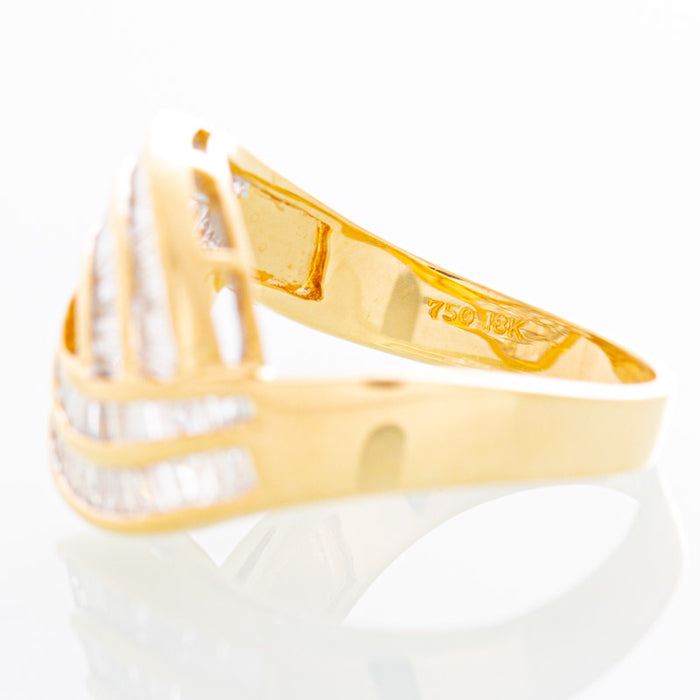 Wavy baguette and diamond ring in 18k yellow gold.