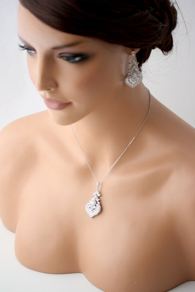 Evie Pendant necklace and Earrings set - Lulu Splendor