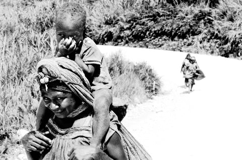 Stephen Williams – Writer of fiction. Woman and child on Highlands Highway, Nipa, Southern Highlands Province, PNG