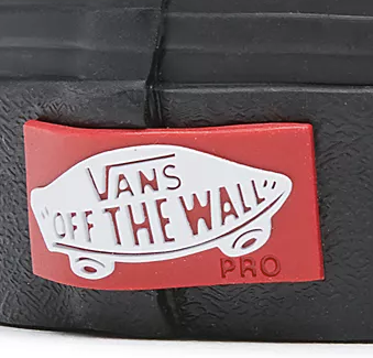 vans old skool pro blackout skate sko closeup billede af of the wall logo