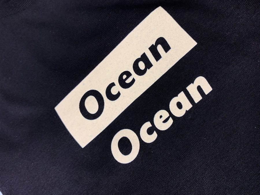 ocean apparel out of box logo I creme closeup detalje