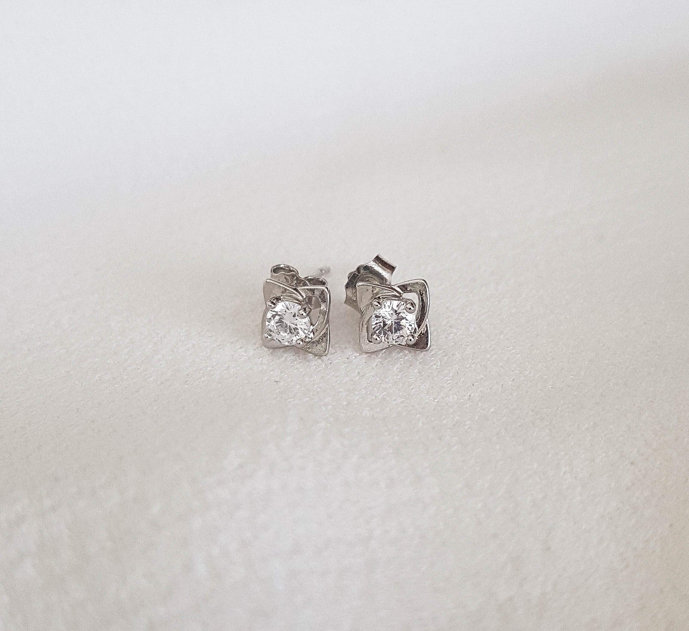 Flowery Stud Earrings - Vlure