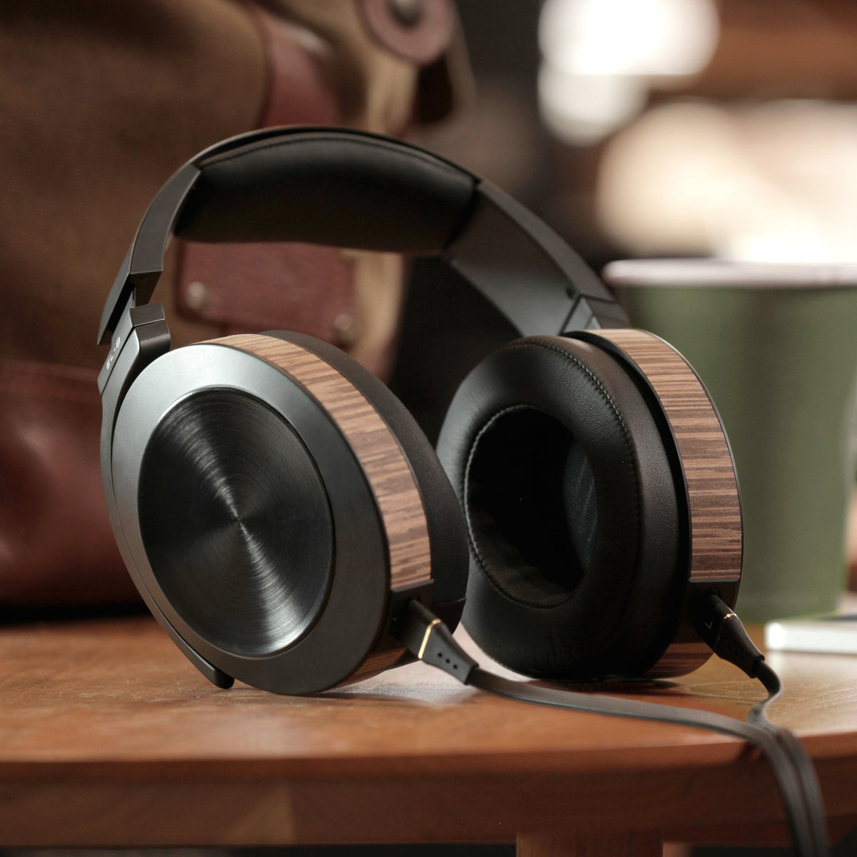 Audeze: EL-8 Closed-Back Headphones (Apple + Standard Cable)