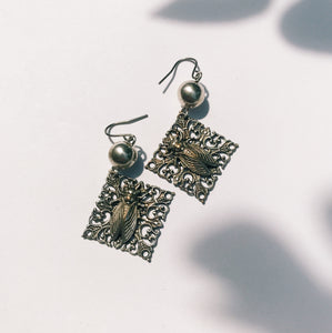 Relief earrings -cicada-