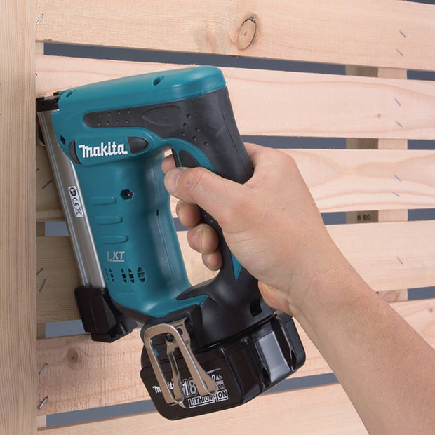 "Makita XTS01 18V LXT Li-Ion Cordless 3/8"" Crown Stapler Kit"