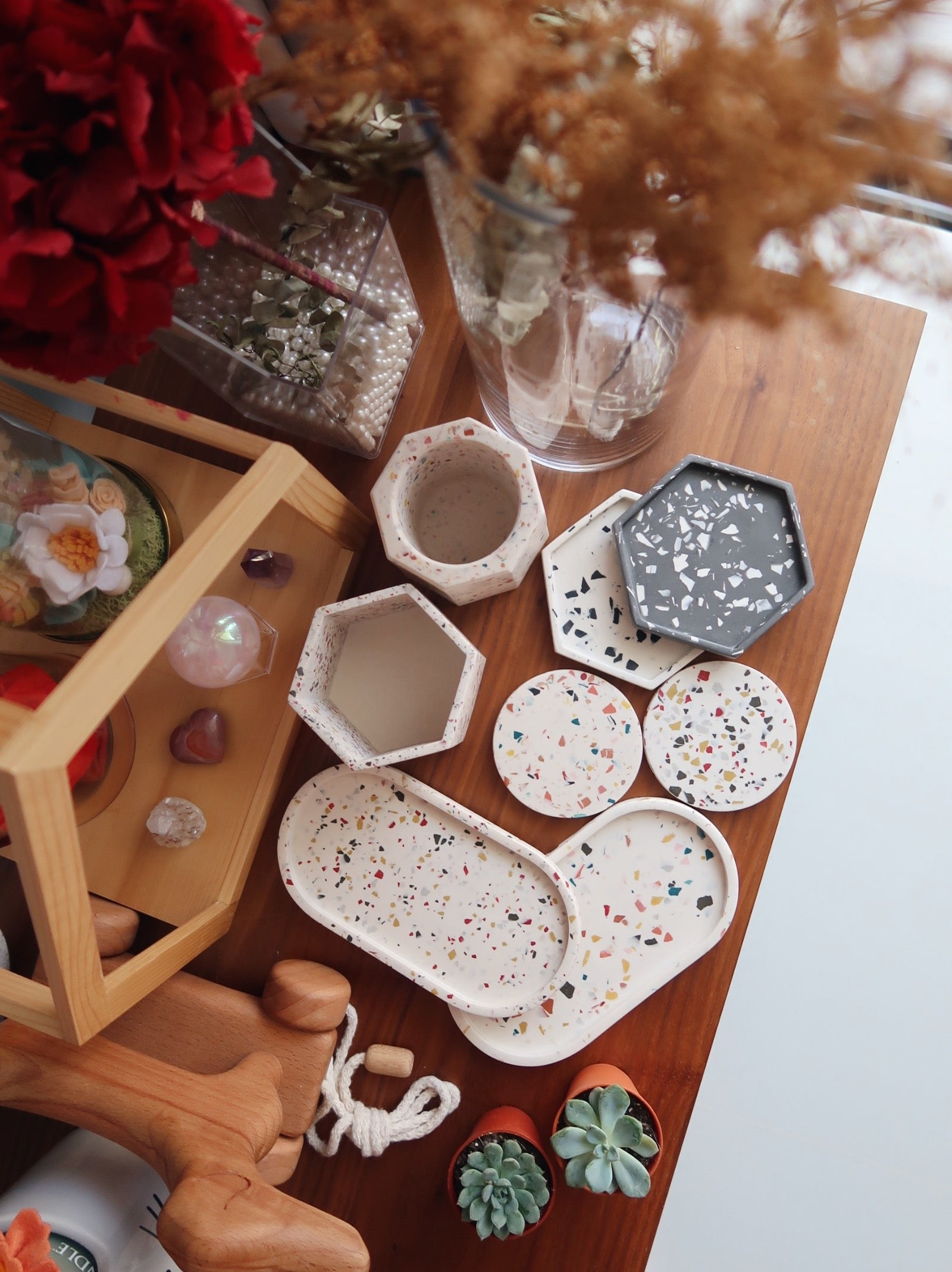 Shop Christmas Gifts Singapore. Christmas Gift Ideas 2020. EverydayCo Singapore home gifts. Long Jesmonite trays for home décor. Home decoration gifts for the home.