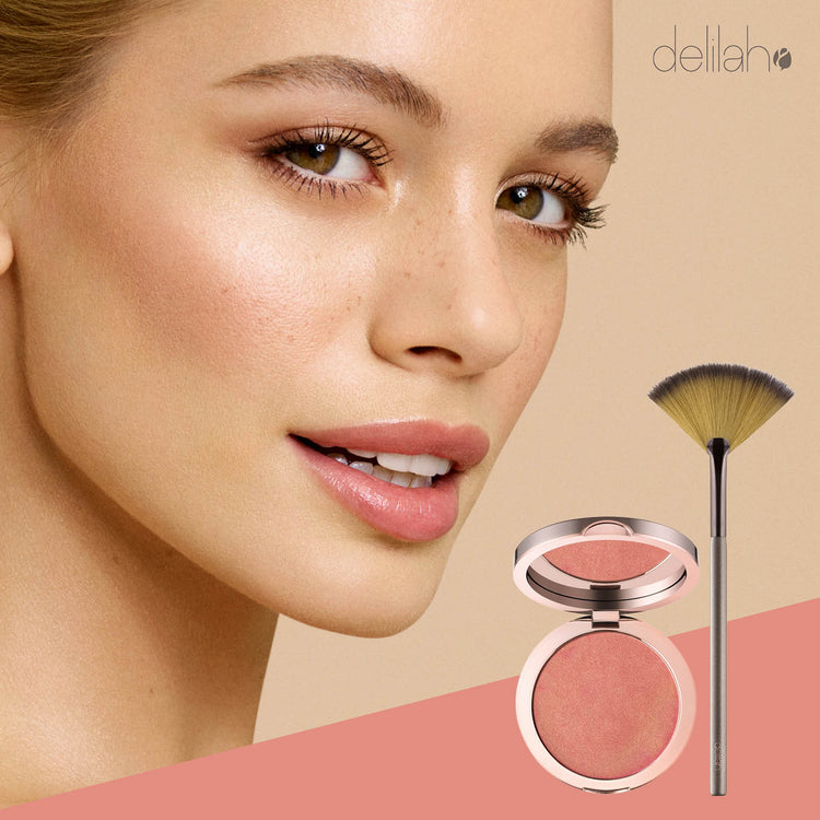 delilah Pure Light Lustre (+ en gratis make-up børste til en værdi af 199,-)