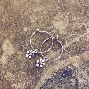 daisy // teeny tiny sterling silver daisy flower sleeper earrings⁣ - Peacock & Lime
