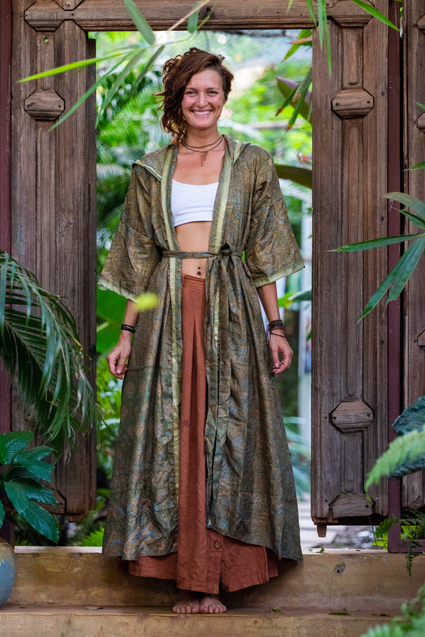 This beautiful Kimono is made from recycled fabrics. Size XS to L. Comfortable and very elegant. Eco and Ethical-Friendly by Mamma Nomad.