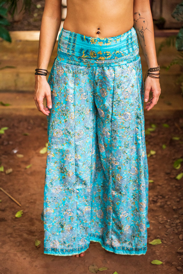 This beautiful boho chic style pants are made from recycled fabrics. Mamma Nomad creates with ethical and eco-friendly values. Sustainable fashion for a affordable price. Very comfortable and elegant.