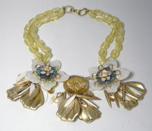 Load image into Gallery viewer, Vintage 1970s Lucite Floral Necklace