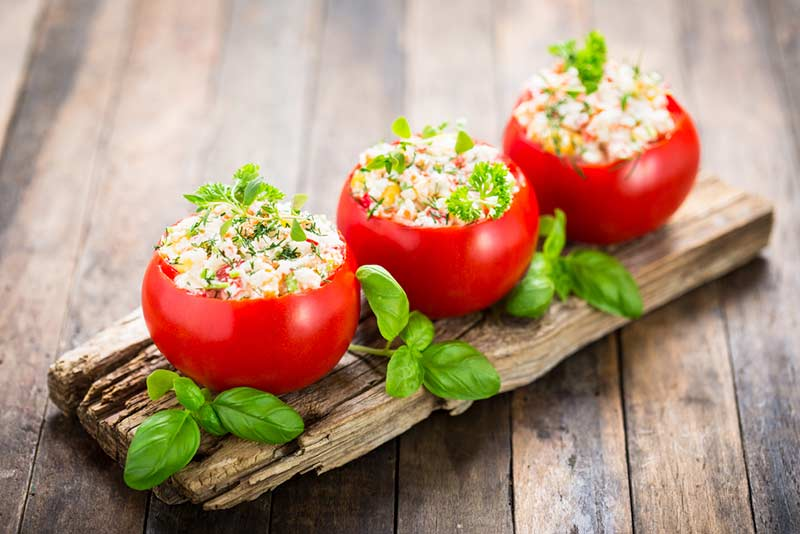 How many calories does a tomato have and what are its health benefits