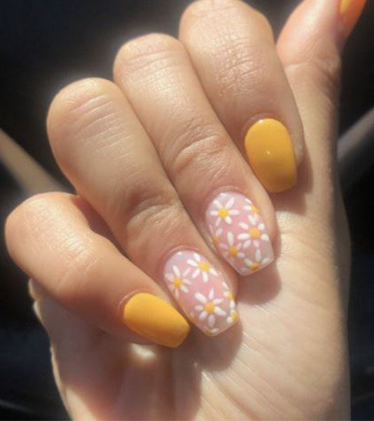 Painting daisies on your nails is very fashionable