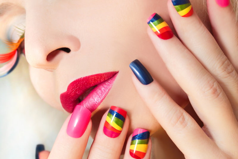 The explosion of colors is characteristic in the rainbow style manicure
