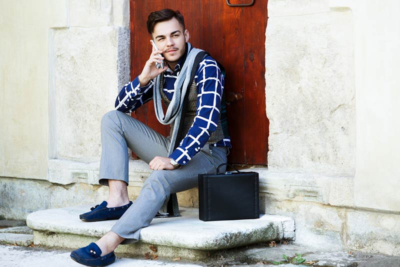 Discover how to make a great outfit with grey for men with grey trousers to be fashionable