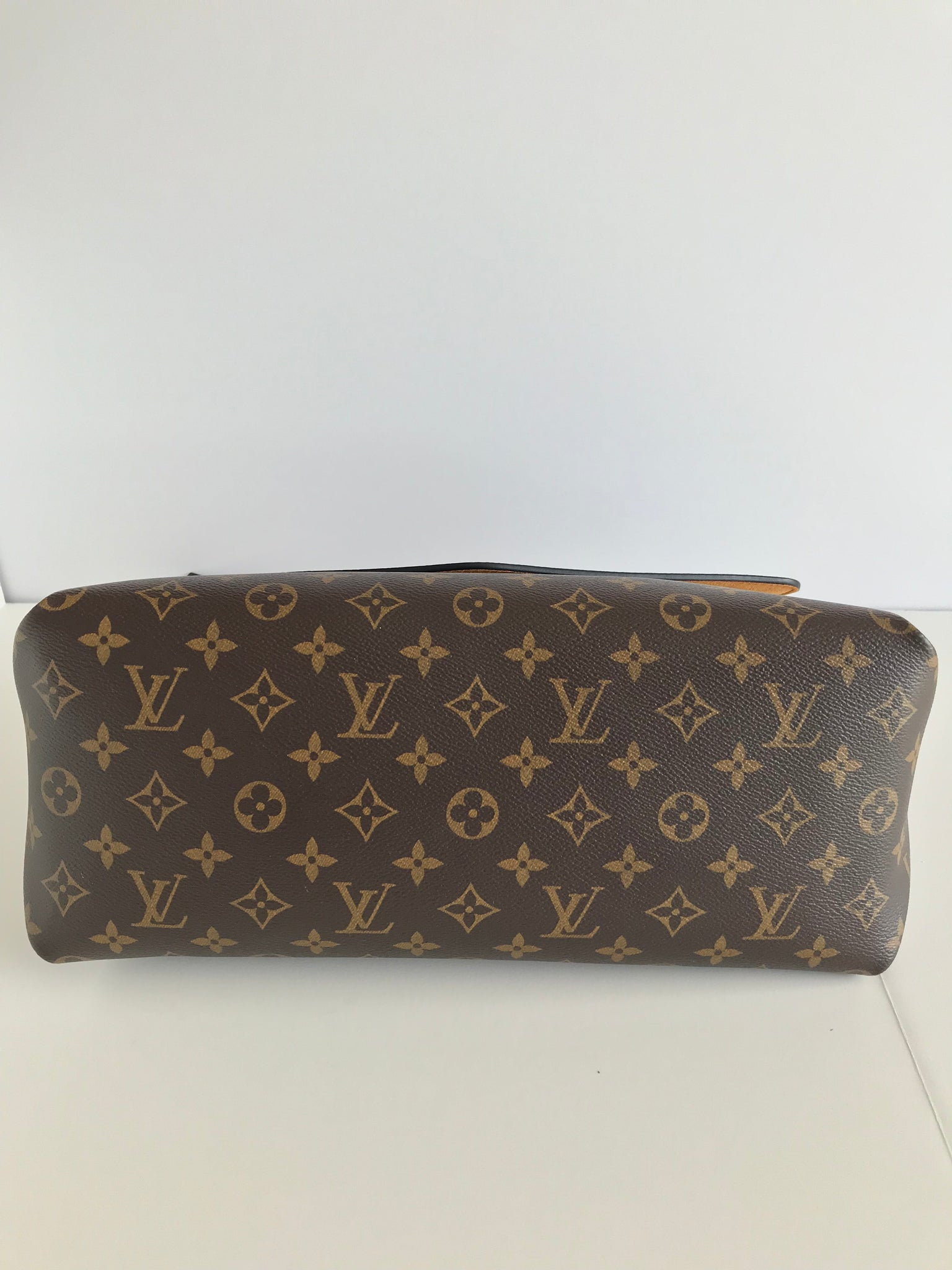 8daf9dae2e0 ... Load image into Gallery viewer, LOUIS VUITTON Beaubourg Mm Monogram  Canvas ...