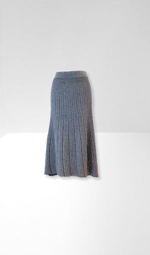 Silver grey knitted skirt.