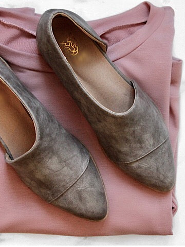 Best Foot Forward | grey flats with side cut out and pointed toe | sassyshortcake.com | Sassy Shortcake