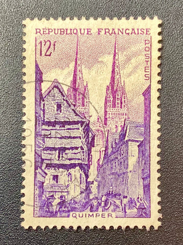 """Série touristique - Quimper La rue Kéréon et la cathédrale St Corentin"" - Tourist series - Quimper Rue Kéréon and St Corentin cathedral - 12f used old stamp - France - 1954  Type: taille-douce Yvert & Tellier: 979"
