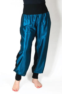 Byxor i turkos och svart crepe satin siden. Breda muddar i midja och benöppningar. Pants in turquoise and black crepe satin silk. Wide rib at waist and hem. Material: premium siden / premium silk