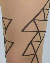 Load image into Gallery viewer, Ljusa strumpbyxor i 30 denier. Strumpbyxa med svart geometriskt mönster. Light pantyhose in 30 denier. Tights with black geometric minimalistic pattern.