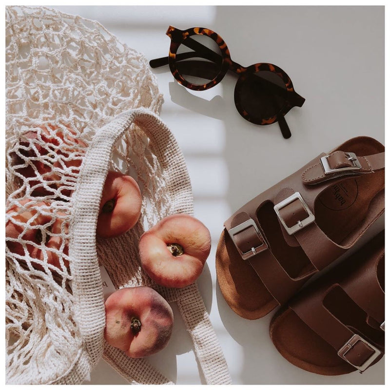 Chill vegan sandals collection in brown with sunnies leo, ecobag off white and peaches
