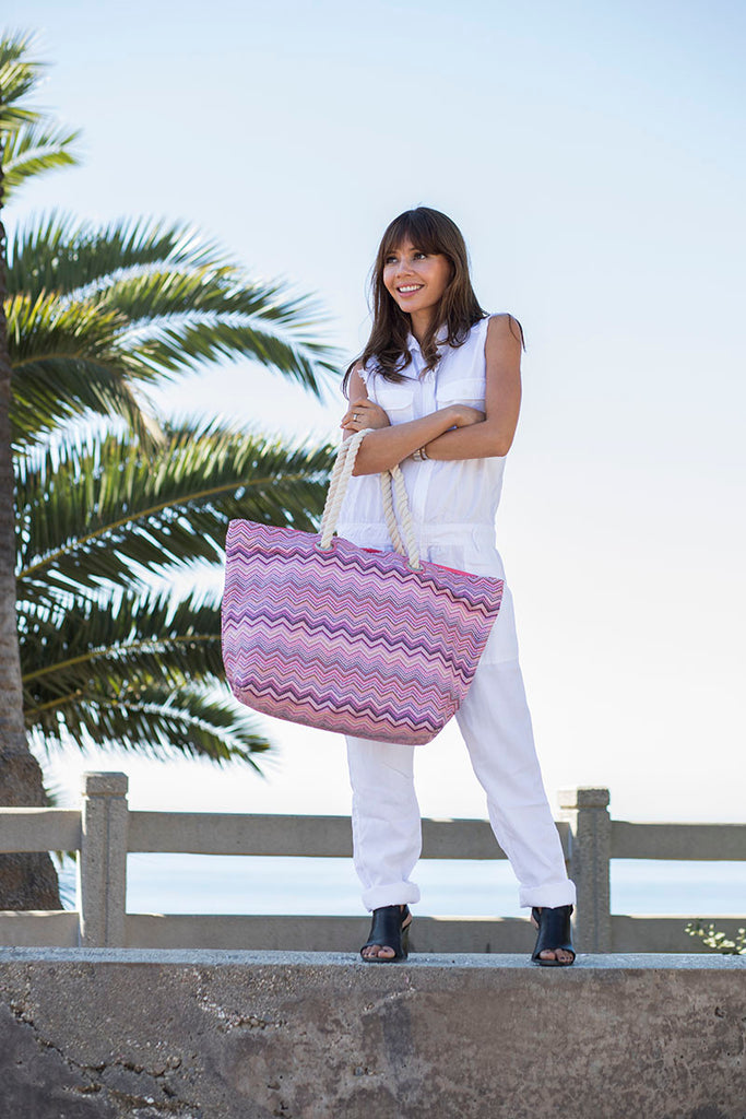 Woman wearing a pink beach bag with cotton handles, made in nylon