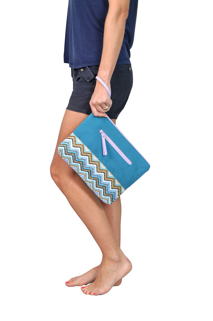 woman wearing a makaron beach pouch